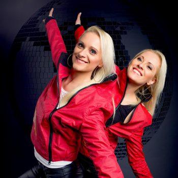 2 nette Mädels als Pop-Duo