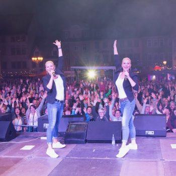 Pop-Duo live auf der Bühne
