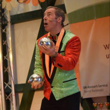 Der Alleinunterhalter für Senioren beim jonglieren