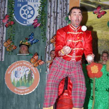 Kinderclown jongliert mit Bällen