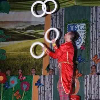 clown jongliert reifen