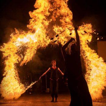 feuershow aus sachsen bildet ein Herz aus Feuer