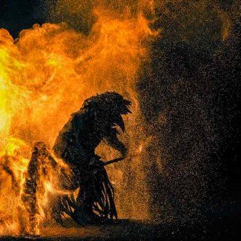 Ein Mann steht mitten im Feuer