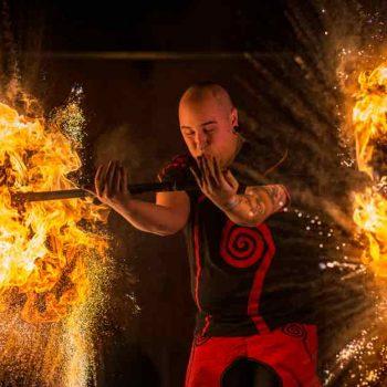 feuershow aus sachsen brennende Stäbe