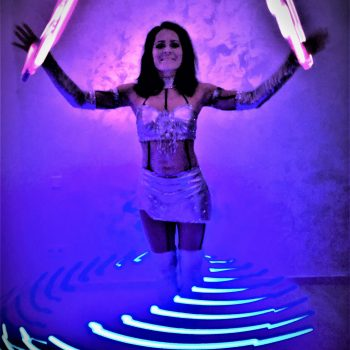 Künstlerin mit LED Ringen