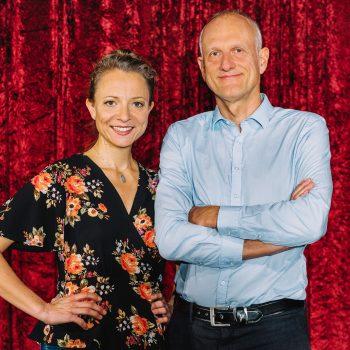 Zwei Kabarettisten aus Sachsen mit verschenkten Armen vor einem Vorhang