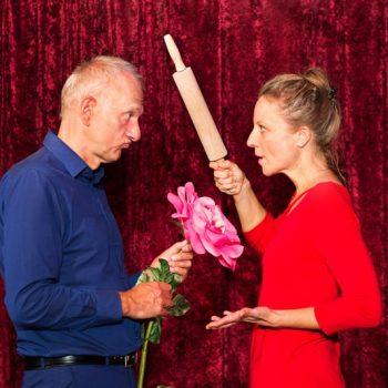 Die Kabarettistin mit einem Nudelholz in der Hand