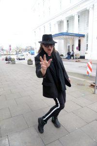 Udo Double vor dem Hotel Atlantic in Hamburg