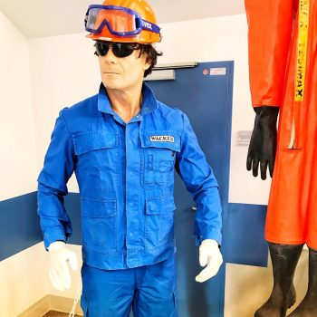 Als Bauarbeiter mit Helm