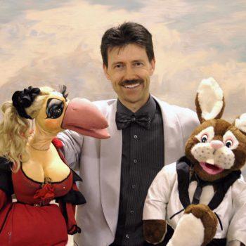 Bauchredner aus Thüringen mit 2 Handpuppen einem Hund und einem Hasen.