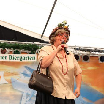 Komikerin im Roßlauer Biergarten