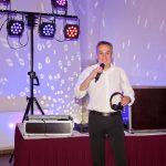DJ aus Thüringen mit Mikrofon vor seiner Technik