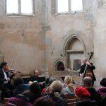 Die Trio Band in der Kirche.
