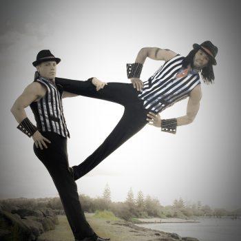 Duo Artistik, zwei Leute turnen aufeinander.