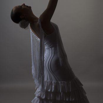 Flamenco Tänzerin in weißen Kleid mit Fecher.