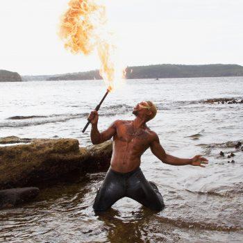 Feuerspucker im Wasser