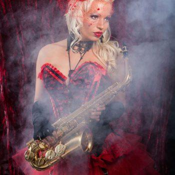 Burlesque Show mit Saxophon