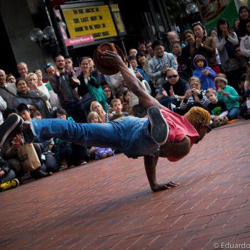 Akrobatik, der Künstler hält sich auf einem Arm.