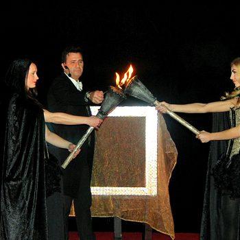 Der Zauberer mit seinen 2 hübschen Assistentinen