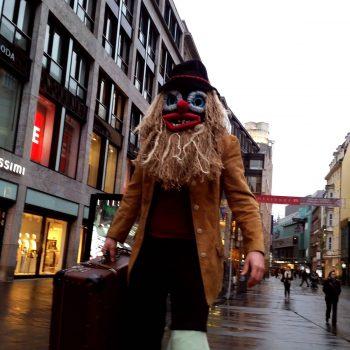Stelzenläufer aus Sachsen-Anhalt mit einer Maske