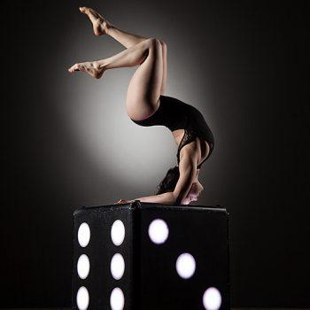 Akrobatik auf einem Würfel