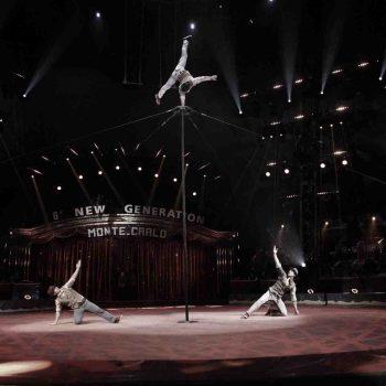 Akrobatikpyramiden an einer Stange