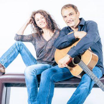 Akustik Duo auf einer Bank mit Gitarre