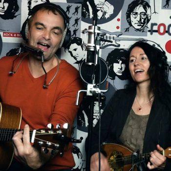 Akustik Duo im Studio spielt Folk Music