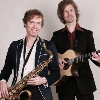 Die Jazzmusiker mit Saxophon als Duo