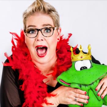 Kabarettistin mit einem grünen Frosch