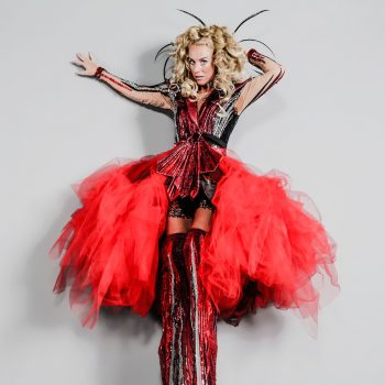 Stelzenläuferin mit Kleid