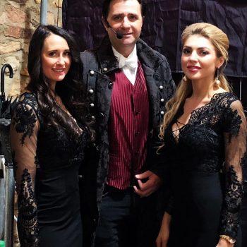 Zwei Models in der Zaubershow