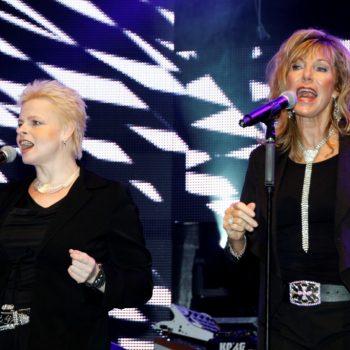 Zwei Background Sängerinnen des Doubles in schwarzen Klamotten vor Mikrofonen.
