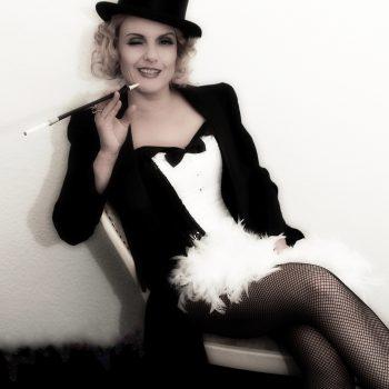 Das Double der deutsch-amerikanische Schauspielerin Marlene Dietrich auf einem Stuhl