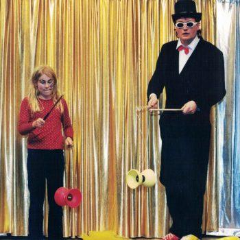 Die Zirkus Mitmachshow mit dem Zirkus Direktor und einem Kind, welche beide mit Rollen spielen.
