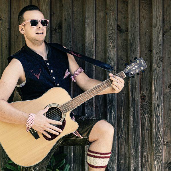 Andreas Gabalier Double_2021 Pressefoto mit Gitarre